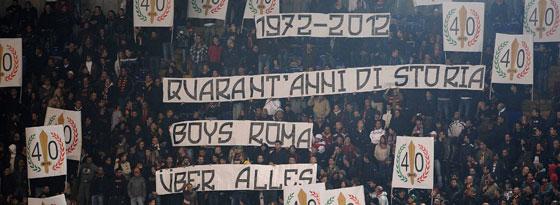 """Die Fangruppierung """"Boys Roma"""" feierte gegen Udine ihr 40-jähriges Bestehen - mit rechtsradikaler Anspielung."""