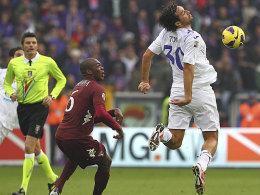 Durchgebogen: Fiorentina-Stürmer Luca Toni müht sich gegen Turins Ogbanna.