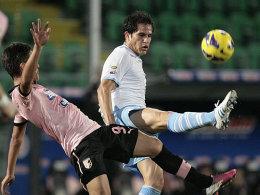 Lazios Ledesma (re.) wird von Dybala, dem Torschützen des 2:1 für Palermo, bedrängt.