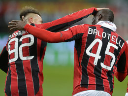 Milans Stürmer El Shaarawy und Balotelli jubeln über den Sieg gegen Udine.