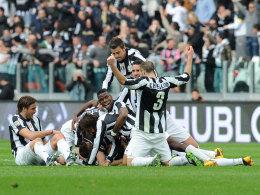 Torschütze Emanuele Giaccherini von Juventus Turin wird gefeiert.