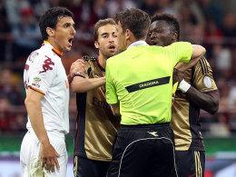 Sulley Muntari (r.) verdient sich seine Rote Karte