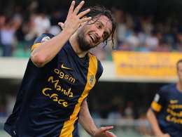 Neues Trikot, alte Geste: Luca Toni geht auch für Hellas Verona auf Torejagd.