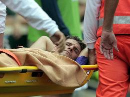 Krankentransport: Topstürmer Mario Gomez wurde mit Schmerzen vom Feld getragen.