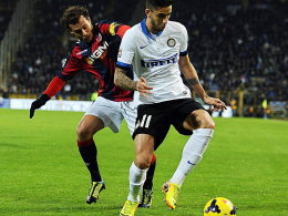 Bolognas Alessandro Diamanti (li.) und Inters Ricardo Alvarez im Kampf um den Ball. Die Partie am Sonntagabend sah keinen Sieger.