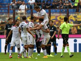 Dreierpack im Giuseppe Meazza: Albin Ekdal (oben) von Cagliari Calcio.