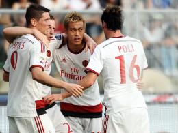 Jubeltraube: Milans Honda (2.v.r.) wird nach seinem ersten Treffer gefeiert.