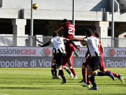 Das umstrittene Kopfball-Tor: Davide Astori steigt am höchsten und nickt (vermeintlich?) ein.