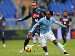 Gonzalo Higuain (hinten) und Neapel behielten im Verfolgerduell mit Luis Pedro Cavanda und Lazio die Oberhand.
