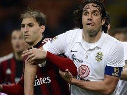 Luca Toni (re., mit Gabriel Paletta) entführt mit Hellas einen Punkt aus Mailand.