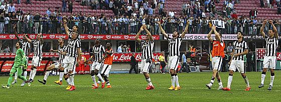 Jubelsprung Richtung Fans: Juventus Turin feiert das 2:1 bei Inter Mailand.