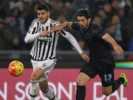 Den Ball im Blick: Juves Alvaro Morata im Duell mit Lazios Milan Bisevac (re.).