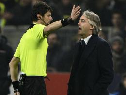 Schiedsrichter Antonio Damato (li.), Roberto Mancini