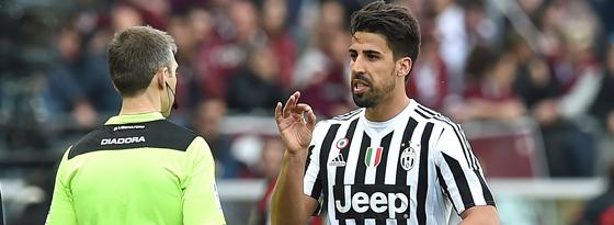 Juves Sami Khedira muss mit Rot vom Feld und diskutiert beim Verlassen des Platze mit dem Linienrichter.