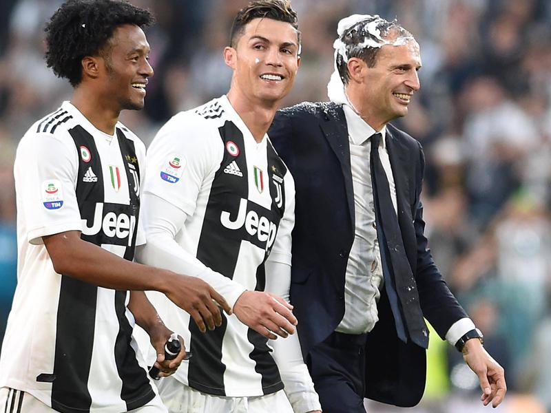 Juan Cuadrado, Cristiano Ronaldo und Massimiliano Allegri (v.l.n.r.)