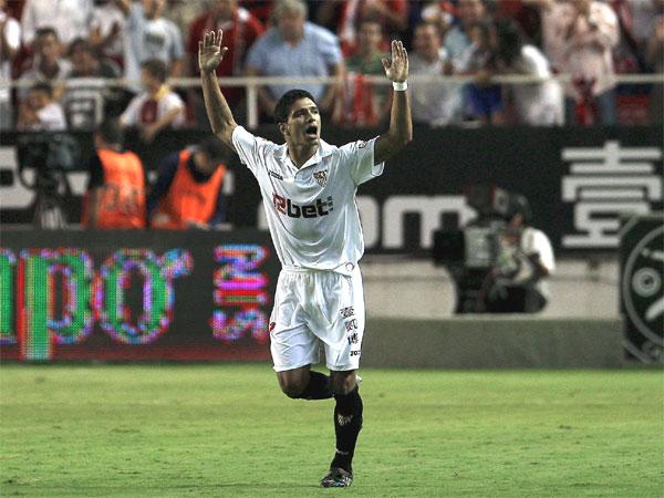 Fußball, Primera Division: Renato lässt sich feiern - er erzielte den 2:1-Siegtreffer für den FC Sevilla gegen Real Madrid.