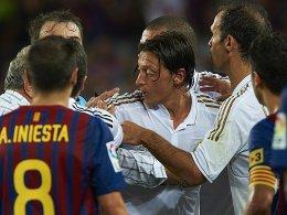 Sichtlich aufgebracht: Mesut Özil während der Rudelbildung im Camp Nou.