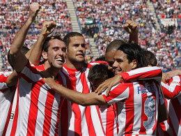 Nicht nur im Europapokal klappt's: Atletico mit Godin, Suarez, Salvio, Torschütze Miranda und Falcao (v.l.) bejubelt den Sieg über Granada.