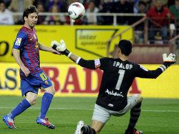 Kniefall vor dem Weltfußballer: Sevillas Keeper Andres Palop muss Lionel Messis Lupfer passieren lassen.