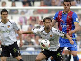 Sein Tor reichte nicht zum Sieg: Valencias Jonas bedrängt von Iborra (re.).