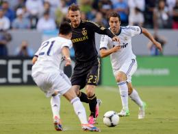 David Beckham von L.A. Galaxy gegen die Real-Torschützen José Callejon und Gonzalo Higuain (re.).