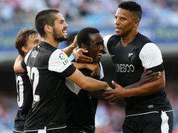 Fabrice Olinga (Mitte) lässt sich feiern