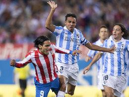 Ein Duell, das in der 90. Minute für die Entscheidung sorgen sollte: Atleticos Falcao mit Malagas Weligton (Mi.).