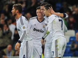 Real jubelt gegen Saragossa, mittendrin Mesut Özil zusammen mit Sergio Ramos, Cristiano Ronaldo und Higuain.