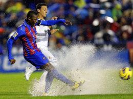 Wasserschlacht in Valencia: Diop gegen Özil.