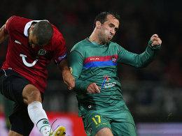 Theofanis Gekas (re.), hier gegen den Hannoveraner Felipe, ist nicht mehr Spieler des UD Levante.