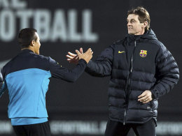 Tito Vilanova begrüßt Alexis Sanchez am Mittwoch im Training
