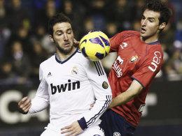Schwierige Mission: Gonzalo Higuain kam gegen Osasuna mit Marc Bertran kaum zum Zug.