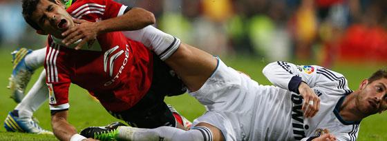 Sergio Ramos tritt seinen Gegenspieler und sieht Rot.