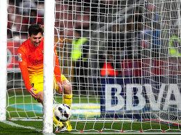 Gewohnte Übung: Lionel Messi holt den Ball aus dem Netz.