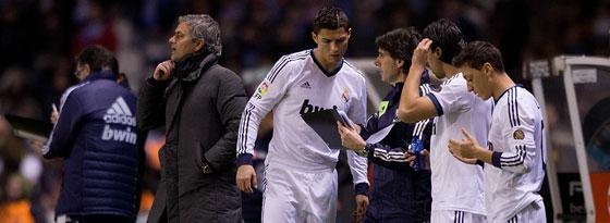 José Mourinho (li.) hat genug gesehen: Ronaldo, Khedira und Özil (v. li.) werden eingewechselt.