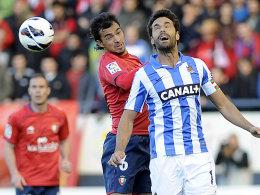 Keine Tore in Pamplona: Real Sociedads Xabi Prieto (re., mit Osasunas Miguel de las Cuevas).