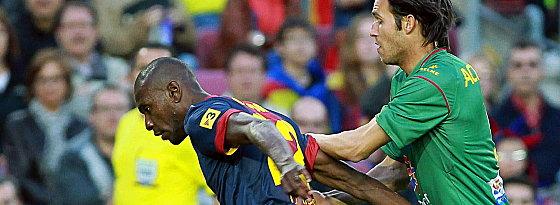 Erstmals seit dem 26. Februar 2012 wieder in der Startelf des FC Barcelona: Eric Abidal (re. Acquafresca).
