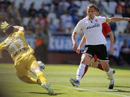 Nach Fernandez' Patzer war der Knipser zur Stelle: Soldado brachte Valencia nach vorn.