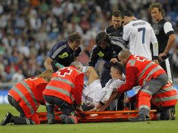 Mesut Özil wird gegen Malaga auf die Trage gelegt