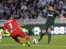 Reals Sami Khedira lupft den Ball zum 3:2 bei San Sebastian, doch zum Sieg reichte es nicht.
