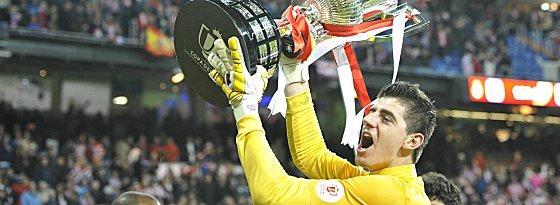 Den Königspokal in Händen: Thibaut Courtois hat sich in die Herzen der Atletico-Fans gespielt.