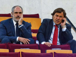 Andoni Zubizarreta (li.), Sportlicher Leiter des FC Barcelona, und Managementdirektor Raul Sanllehi dürfen doch Verhandlungen aufnehmen.