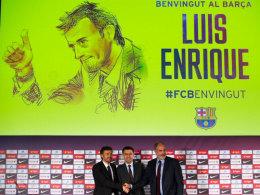 """""""Willkommen bei Barça"""" - Der FC Barcelona stellt Luis Enrique (li.) als neuen Trainer offiziell vor."""