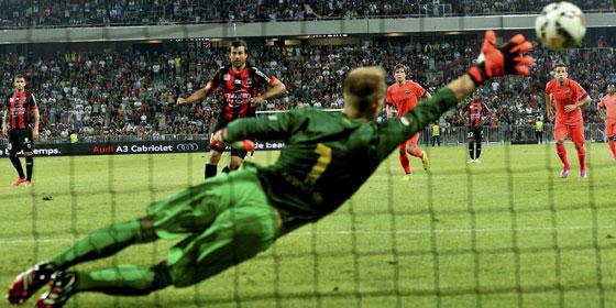 Marc-André ter Stegen ahnt die Ecke bei Nizzas Elfmeter, doch halten konnte er den Strafstoß nicht.