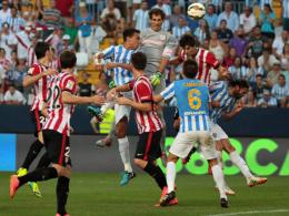 Bilbaos Torhüter Iraizoz köpft das vermeintliche 1:1 - das aber zu Unrecht aberkannt wurde.