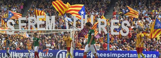 """Zeichen der Unabhängigkeit: """"Serem Lliures"""", wir sind frei, lassen die Anhänger Barcelonas wissen."""