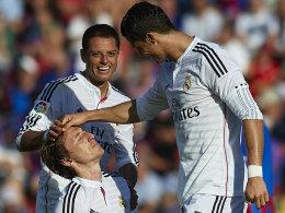 Trost - und etwas Spott: Chicharito und Cristiano Ronaldo besuchen Luka Modric, der beim Stand von 4:0 eine Riesenchance vergab.
