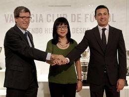 Deal: Der FC Valencia um Präsident Amadeo Salvo (re.) und Stiftungschef Aurelio Martinez beim Treffen mit Peter Lims rechter Hand, Lay Hoon.