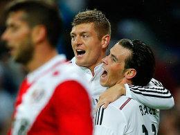 Eine Vorlage, ein Tor: Toni Kroos lässt sich von Gareth Bale feiern.