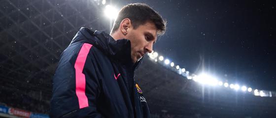 In sich gekehrt und nachdenklich: Lionel Messi bei der Partie in San Sebastian, die er anfänglich von der Bank begutachten musste.